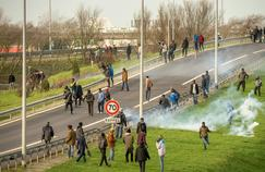 En décembre 2015, la police française tente, à l'aide de grenades lacrymogènes de disperser des migrants qui essayent de penêtrer dans le tunnel sous la Manche.