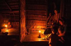 C'est au cours d'un voyage d'immersion dans une tribu de la province septentrionale de Kalinga, aux Philippines, qu'Aisa Mijeno a eu l'idée de la lampe SALt.