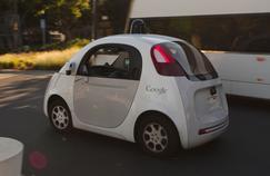 Une «Google car», voiture autonome sans pilote, circule à Moutain View en Californie. Crédits: Michael Shick/CC.