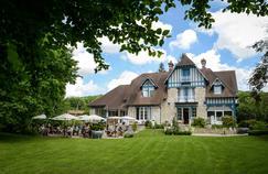 Le restaurant le Jardin des Plumes et ses extérieurs, à Giverny.