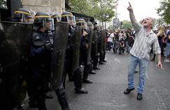 Un manifestant fait face à la police pendant la manifestation du 23 juin.