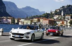 La nouvelle Fiat 124 Spider, suivie par sa pimpante ancêtreen livrée rouge.