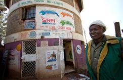 Moses Amabasa, 65 ans, dirige le Katwekera Tosha BioCentre à Kibera.