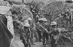 Des soldats anglais dans une tranchée, le premier jour de la bataille de la Somme, le 1er juillet 1916.
