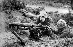 Deux soldats anglais avec leur mitrailleuse et leur masque a gaz en juillet 1916, lors de la bataille de la Somme.