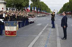 Le président François Hollande passe en revue les troupes, le 14 juillet 2015.
