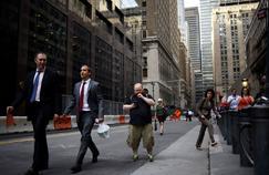 Un homme joue à Pokémon Go dans les rues de New York.