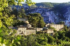 Accroché à son éperon rocheux, Oppède-le-Vieux, depuis les années80, est rénové avec le soutien d'artistes qui ont notamment permis de rouvrir sa collégiale du XIIesiècle.
