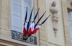 Lors d'un deuil national, les drapeaux sont traditionnellement en berne sur les frontons des édifices publics.