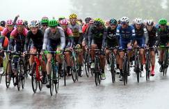 Le peloton de la 5ème étape du Tour de Pologne, sous une météo peu clémente.