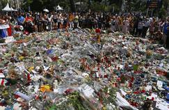 Sur la promenade des Anglais, à Nice, les hommages se multiplient après l'attentat du 14 juillet.