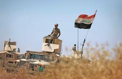 Des soldats irakiens tiennent une position, dimanche, dans les environs de Makmour pendant leur campagne pour reprendre aux militants de l'EI la plaine de Ninive dans le nord de l'Irak.