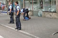 Un policier maîtrise l'auteur de l'attaque, dimanche, dans la ville de Reutlingen, dans la banlieue de Stuttgart.