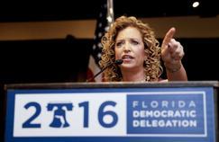 Fragilisée par un scandale lié à la publication de mails internes hostiles à Bernie Sanders, Debbie Wasserman Schultz démissionnera de son poste à la fin de la convention d'investiture d'Hillary Clinton.