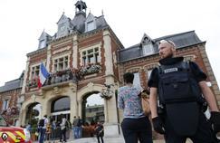 Un prêtre a été tué mardi lors d'une prise d'otages dans son église, à Saint-Etienne-du-Rouvray, dans l'agglomération de Rouen, une attaque dont s'est saisi le parquet antiterroriste moins de deux semaines après l'attentat de Nice.