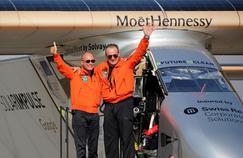 Bertrand Piccard et André Borschberg (à droite), pilotes de Solar Impulse2, à leur arrivée au Caire, le 13juillet dernier.