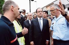 François Hollande, suivi de Bernard Cazeneuve, écoute un officier pompier, mardi, à son arrivée à Saint-Étienne-du-Rouvray.