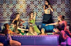 Parsifal (Klaus Florian Vogt) entouré de danseuses du ventre dans la mise en scène de l'Allemand Uwe Eric Laufenberg.