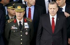 Recep Tayyip Erdogan et le général Hulusi Akar (à gauche), chef d'état-major des armées, qui avait été fait prisonnier par les putschistes durant la tentative de coup d'État (ici à Ankara, en février 2016).