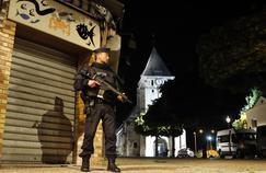 Un policier surveille l'accès à l'église de Saint-Étienne-du-Rouvray, mardi soir.