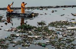 Une éco-barrière empâche les déchets et une partie de la pollution de se déverser dans la baie de Rio.