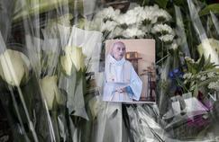 Une photo du père Jacques Hamel devant un bouquet de fleurs, mercredi, à Saint-Etienne-du-Rouvray.