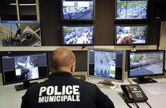 Un policier surveille les rues de Marseille devant les écrans de contrôle.