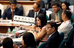 L'avocate Macel Fernandez-Estavillo montre les portraits de faux déposants, lors d'une audition au Sénat de Manille, le 16 avril 2016.