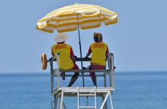 Des maitres nageurs surveillent la Grande Plage de Biarritz. AFP
