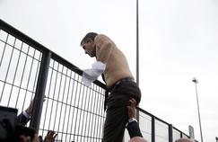 Le DRH d'Air France, Xavier Broseta, qui s'échappe d'une manifestation de salariés mécontents