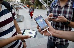 De jeunes Iraniens jouent à Pokémon Go depuis un Samsung et un HTC.