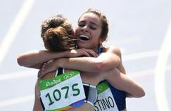 L'Américaine Abbey D'Agostino tombe dans les bras de la Néo-Zélandaise Nikki Hamblin après avoir franchi la ligne d'arrivée.
