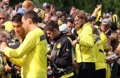 Jurgen Klopp,(à droite), entraîneur du Borussia Dortmund de 2008 à 2015, signe ici un autographe aux fans du club.