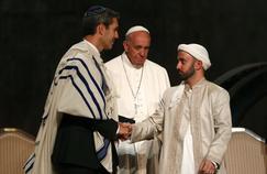 Le pape François entouré par des représentants de la communauté juive et musulmane lors de la viste du Mémorial du 11 septembre à New-York, le 25 septembre 2015.