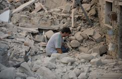 Un homme effondré parmi les décombres après le séisme qui a touché la région de l'Ombrie (Centre).