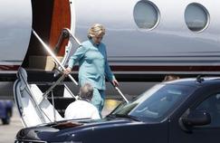 Hillary Clinton à sa descente de l'avion, mardi, en Californie, avant d'aller rendre visite à des contributeurs financiers de sa campagne résidant à Laguna Beach.