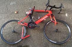 Le vélo de Rein Taaramäe en six morceaux après sa collision avec une voiture.