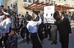 Une manifestation de juifs ultraorthodoxes réclamant la séparation stricte des hommes et des femmes, à Beit Shemesh en décembre 2011.