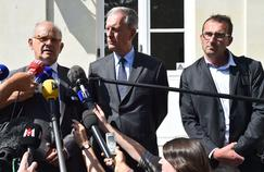 De gauche à droite: le porte-parole du groupe Lactalis Michel Nalet, le préfet de Mayenne, Frédéric Veaux et Sébastien Armand, le vice-président de l'Organisation de producteurs Normandie Centre.