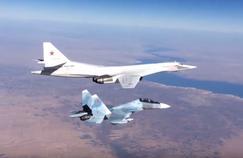 Un chasseur Soukhoï escortant un bombardier stratégique russe en Syrie. Crédits Photo: Wikipédia