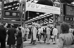 Le 27 septembre 1981, les voyageurs se préparent à monter dans le premier TGV qui relie Paris à Lyon en 2h40.