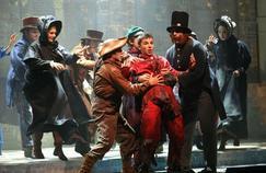 Quinze comédiens etchanteursfont vivre sur scène OliverTwist,le chef-d'œuvrede Dickens,à la salle Gaveau.