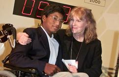 Thaddeus avec sa mère adoptive Mia Farrow, en 2000.