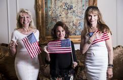 Toni Holt Kramer (à gauche), dans sa maison de Bel Air à Los Angeles, avec deux autres Trumpettes, riches et ferventes supportrices de Donald Trump.