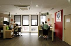 Des demandeurs d'emploi se présentent à l'agence Pôle Emploi à Vincennes.