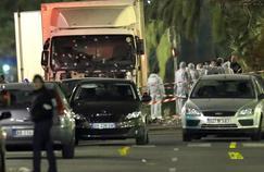 Le camion, criblé de balles, utilisé lors de l'attentat du 14 juillet à Nice, sur la Promenade des Anglais.