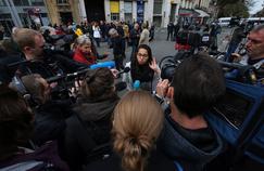 Au lendemain de l'attaque terroriste au Bataclan, une jeune femme s'exprime devant les caméras de plusieurs médias, le 14 novembre 2015 à Paris.