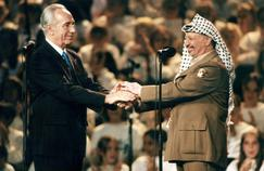 Shimon Peres et Yasser Arafat se serrent la main à Oslo, le 14 septembre 1994.