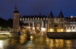 Lors de la Nuit Blanche, la façade de la Conciergerie sera renversée par le trompe-l'oeil de l'artiste plasticien Pierre Delavie.