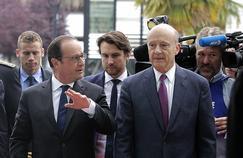 Le président de la République, François Hollande, marche aux côtés du maire de Bordeaux, Alain Juppé, lors de l'inauguration de la Cité du Vin, le 14 juin 2015 à Bordeaux.